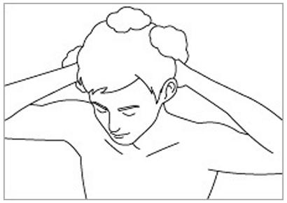 洗髪する男性